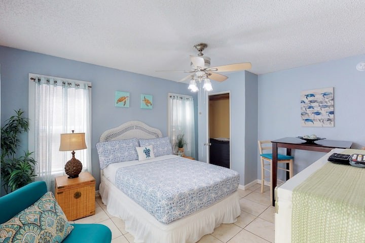 Charming, dog-friendly studio-steps from Seawall, walk to dining