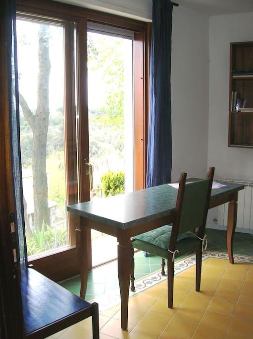 la scrivania verso il giardino