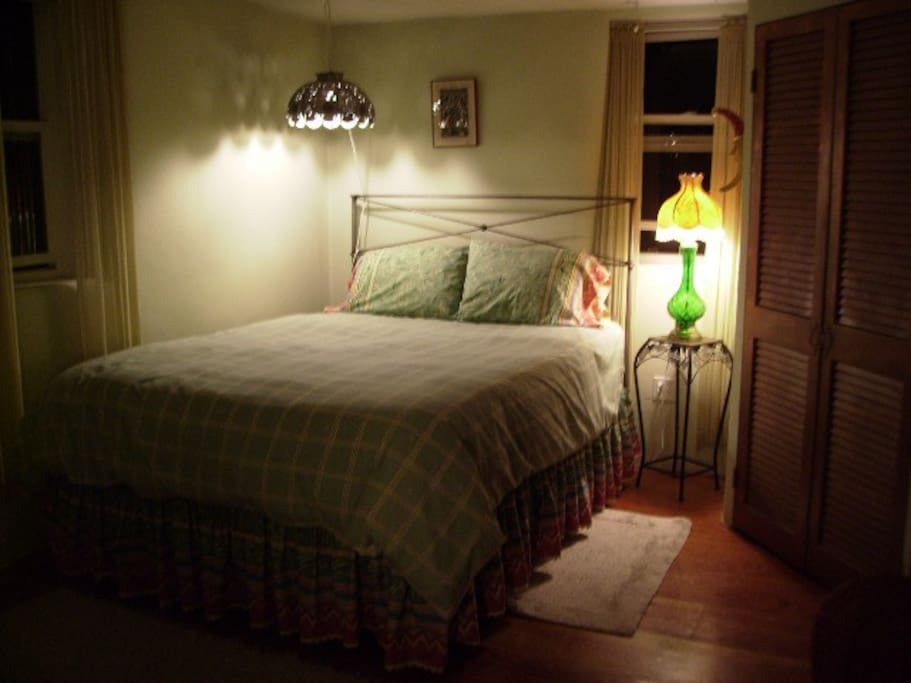 Cozy guest room at night. With a queen bed, cotton sheets,  morning sun and chirping birds. Room has WI-FI. Our home is adobe and sometimes the wi-fi signal is weak in the guest room. You are always welcome to be in the main parts of the house.
