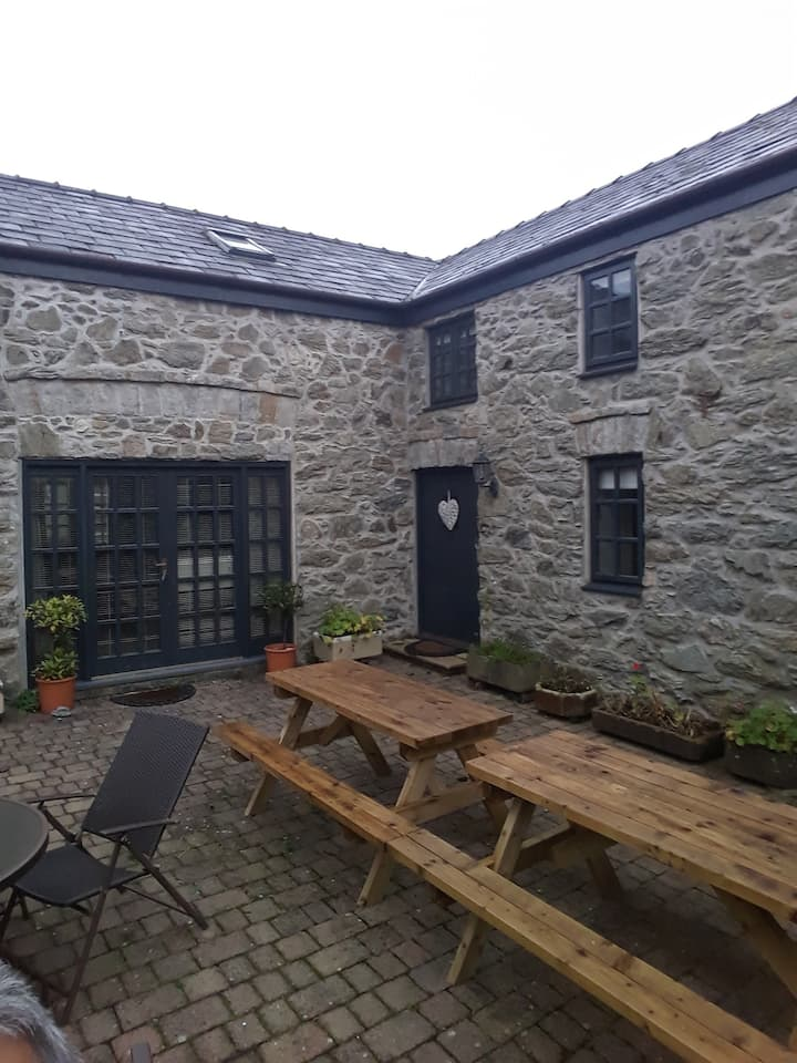BRYN HYFRYD COTTAGES - Centrally located.