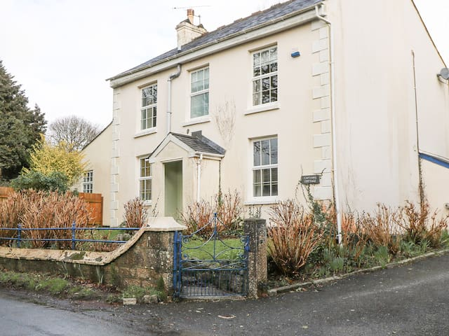 CAPTAIN'S COTTAGE, pet friendly in St Blazey, Ref 959602
