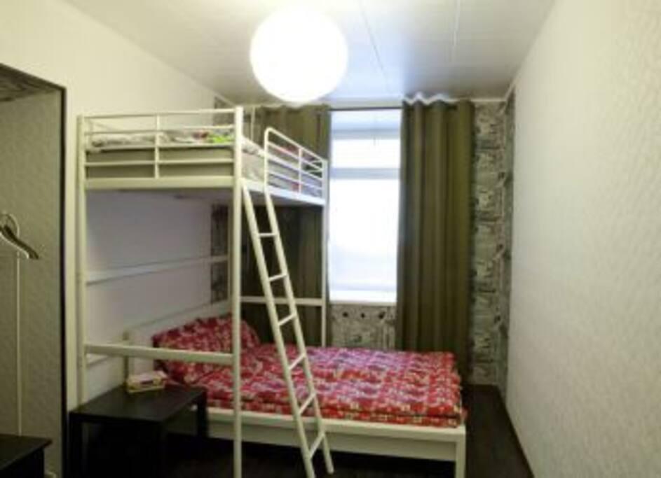 3-местная семейная комната (приватная, гостям выдаётся ключ от комнаты) — 2400 руб с человека, или 2600 рублей за двоих человек, +500 руб за каждого дополнительного гостя за одну ночь