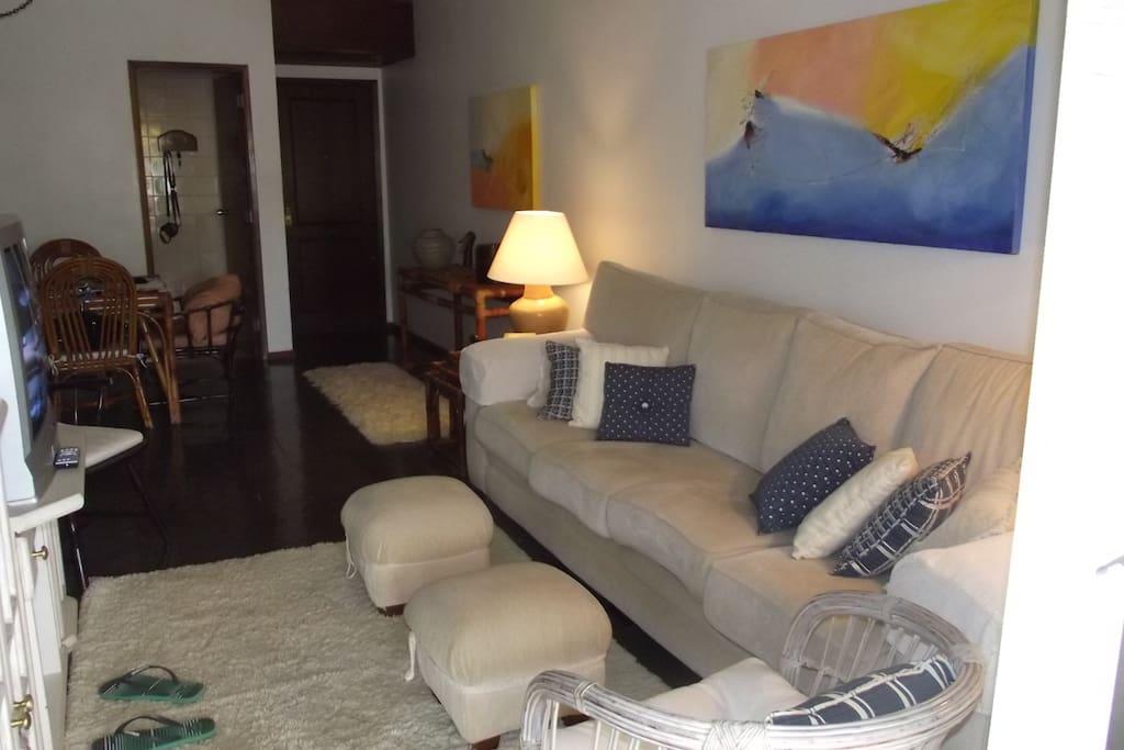 Ampla sala de estar com TV, Som, Dvd, Ventilador de teto Ar condicionado indisponível, e mais um ventilador grande.