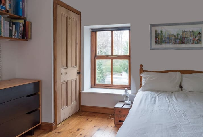 Old Coach House. Quiet. Private. Bkfst. Parking 5*