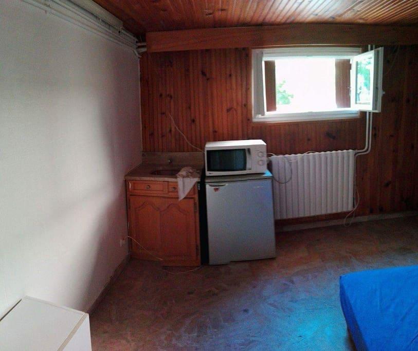 Chambre équipée: micro-ondes, frigidaire, plaques de cuisson à disposition