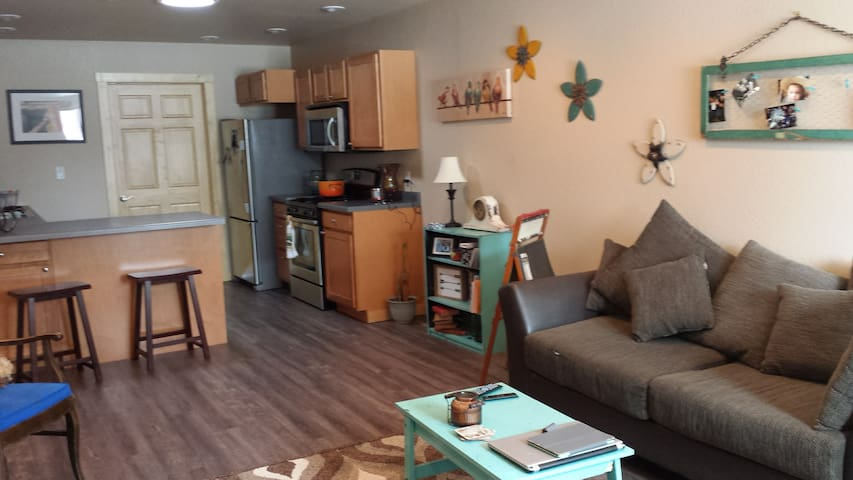 Sunny 2 bedroom in Lander w/all ammenities - Lander