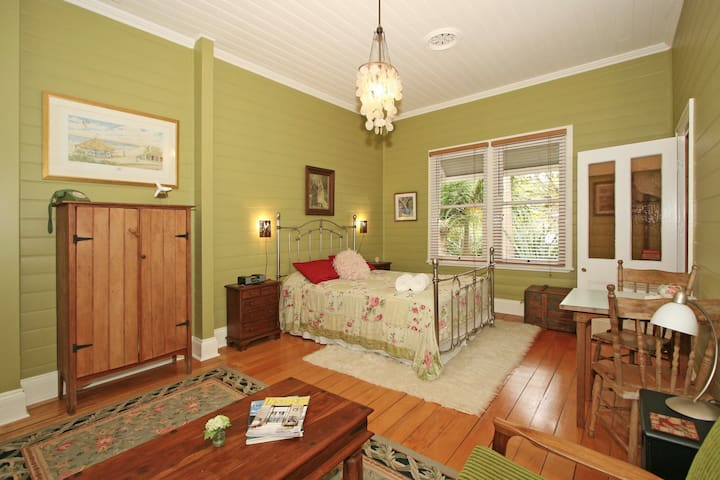 Relaxing, Romantic Space in Heritage Home - Bangalow - Bed & Breakfast