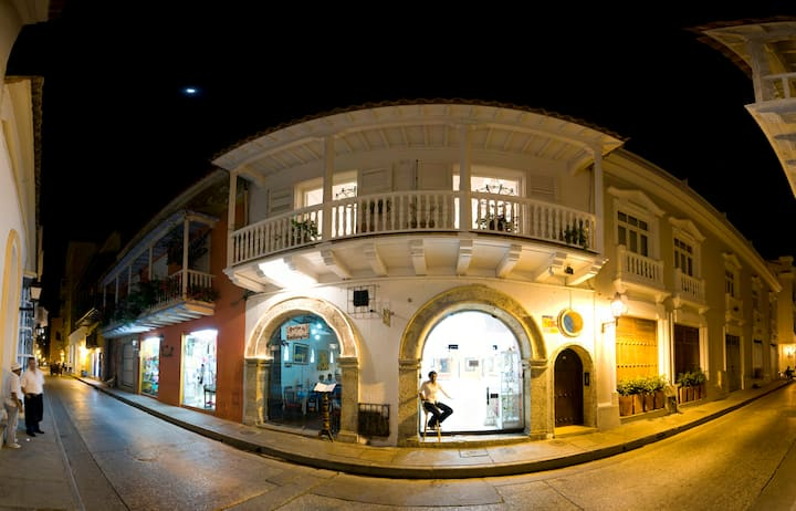 A gem in colonial town  with  balcony&use of pool