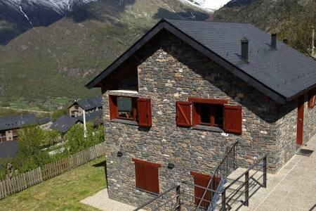 Casa pareada en encantador pueblo de Durro - Durro - Talo