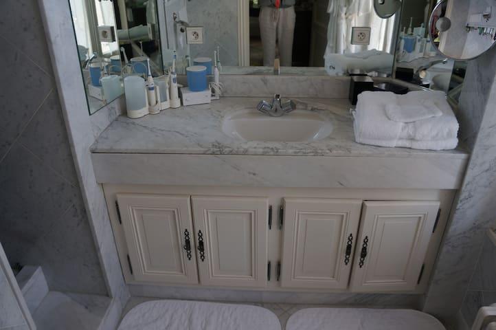 Salle de bain attenante , marbre et simplicité