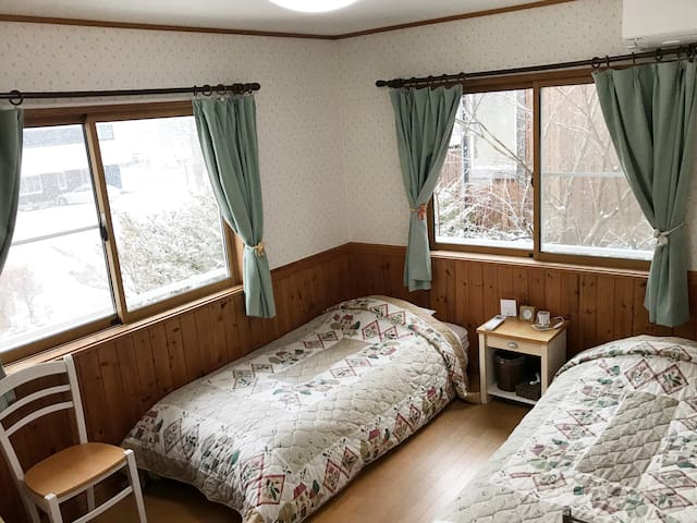 There are 6 rooms for 1,2,3,4 people and each room has at least 2 wide beds which is suitable for single,couples or a group and a family with a small child. 最低2つのワイドシングルベッドが各お部屋にございますので、1,2,3,4名様でご利用いただけます。全部で7部屋ございます。
