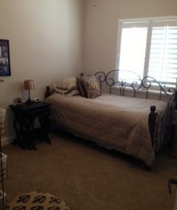Comfortable room w/ 2 twin beds. - Kingsburg