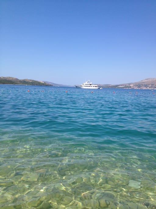 Schone blauwe zee rondom het eiland Ciovo