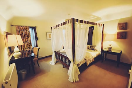 ChocBox Cottage - King Four Poster and Hot Tub