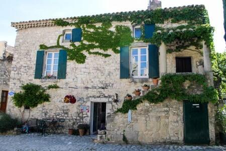 Gite dans magnifique maison de village en pierre - La Garde-Adhémar