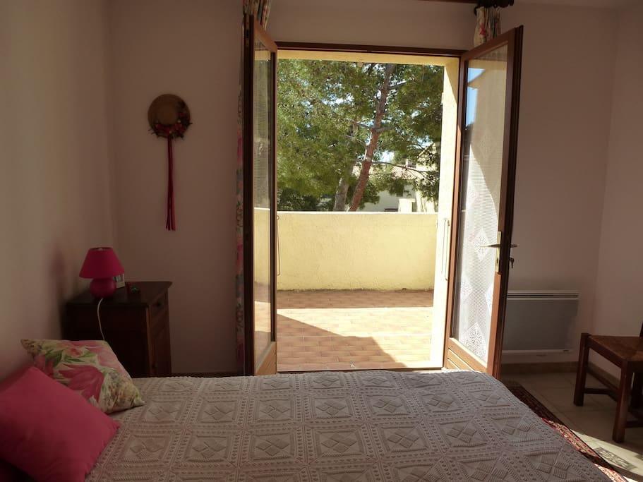 grande chambre avec terrasse privative sur le jardin