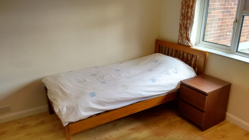 Single bed in Double room in a quiet house - Stevenage - Σπίτι
