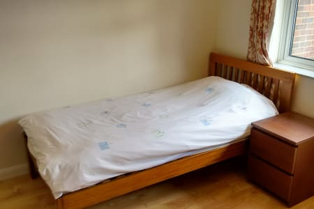 Single bed in Double room in a quiet house - Stevenage - Hus