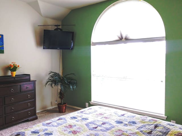Spacious Bedroom near Downtown Denton. #2