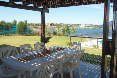 Hermosa Casa con costa al lago - Benavídez
