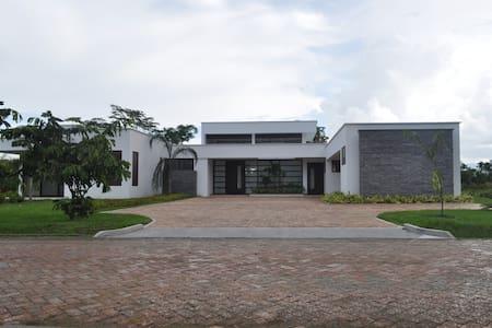Espectacular casa a las afueras de Villavicencio. - Villavicencio