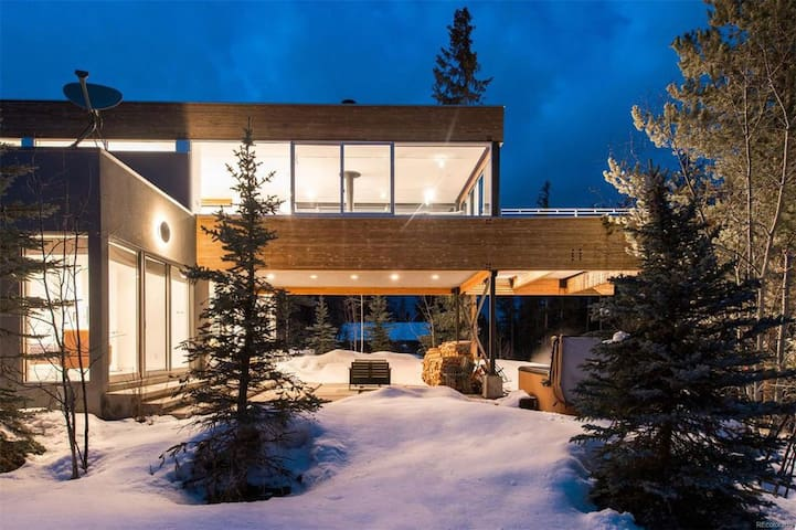 Ultra Modern Luxury Chalet On The River - FREE Activities & Shuttle/Hot Tub/View