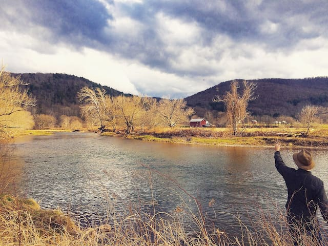 Classic Catskills Farmhouse on River - Walton - บ้าน