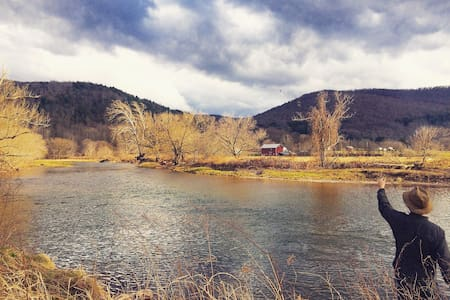 Classic Catskills Farmhouse on River - Walton - Talo