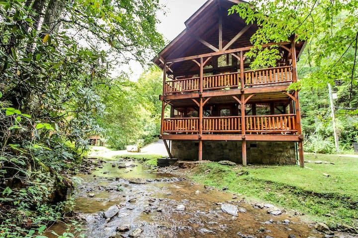 Peaceful Creek-Side Cabin/HotTub/Perfect Location