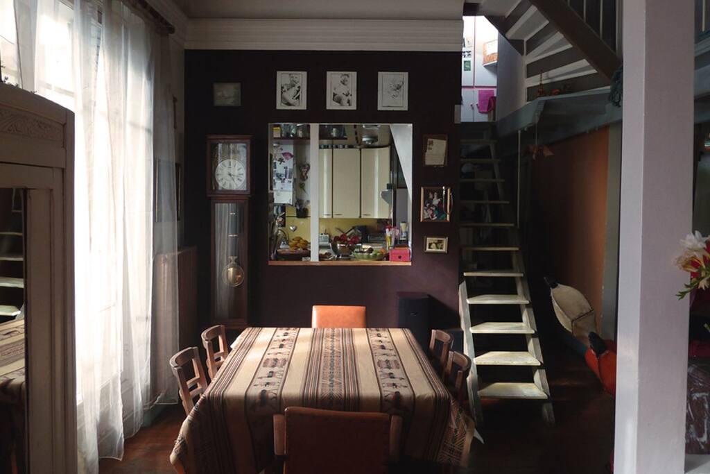 Salle à manger du double séjour, vue cuisine - Dining room in double living room, + kitchen
