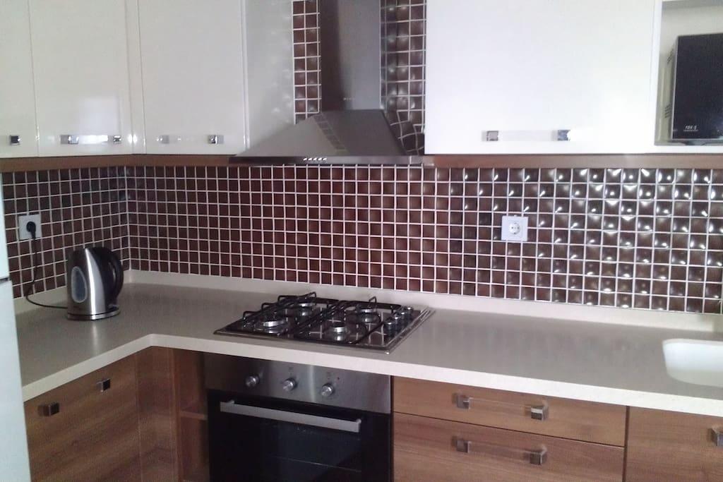 кухонная зона оборудована всем необходимым, плита газовая, чайник, соковыжималка, тостер, СВЧ
