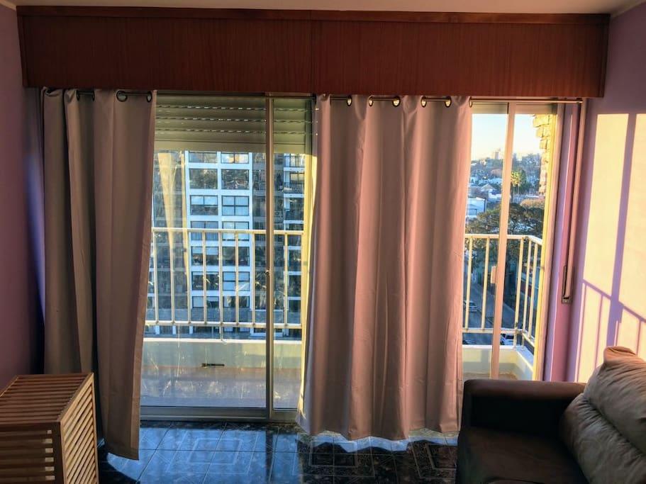 Vista al balcón soleado.