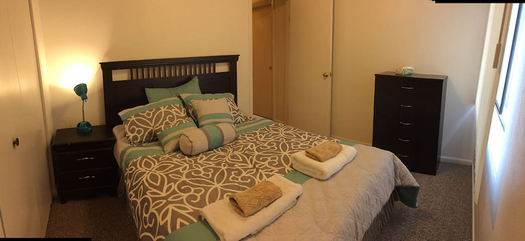 Private Queen-Bed Room   Great Location