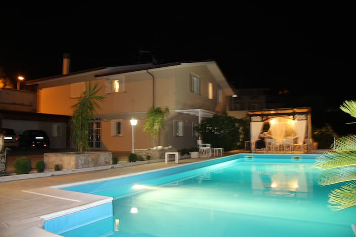 Apartment in villa with heated swimming pool !!! - Case Alte - Byt