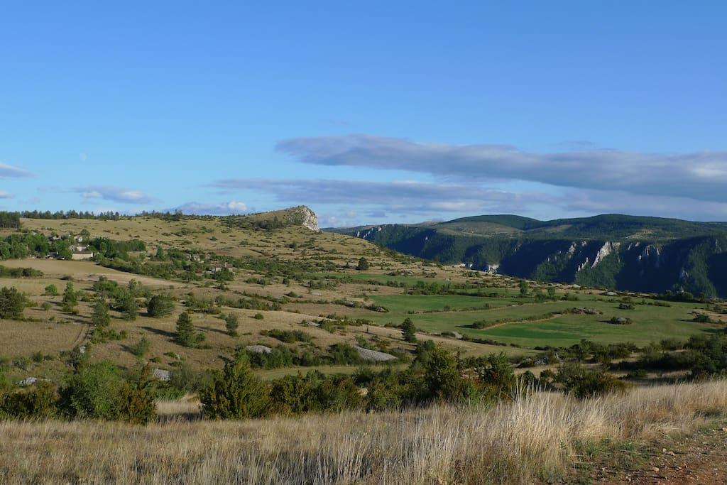 Vue depuis le hameau: le bord du Causse
