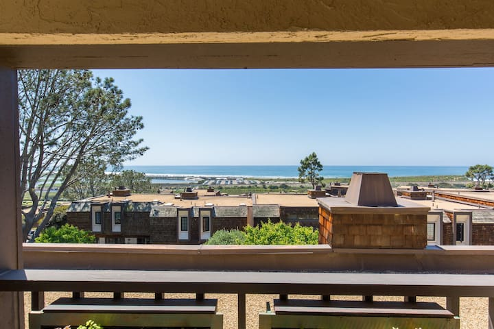 Gorgeous Ocean View from Kitchen, Dining and Living Room Balcony, panoramic views from Master Bedroom Balcony.