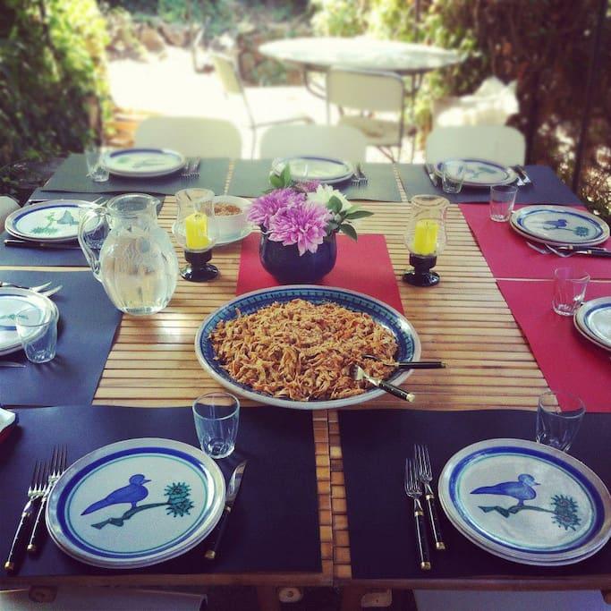 La tavola apparecchiata per un pranzo su richiesta