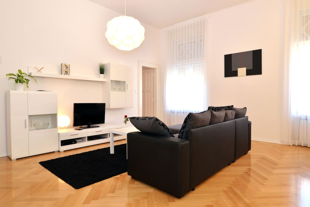 Bright, spacious living room - for entertaining or leisure. You choose :)