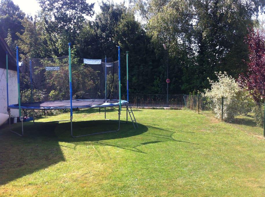 Der Garten mit Trampolin