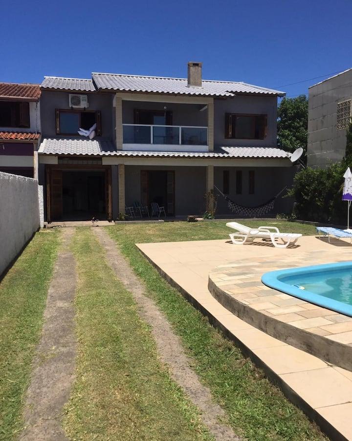 Casa com 4 quartos e piscina p/ aproveitar o verão