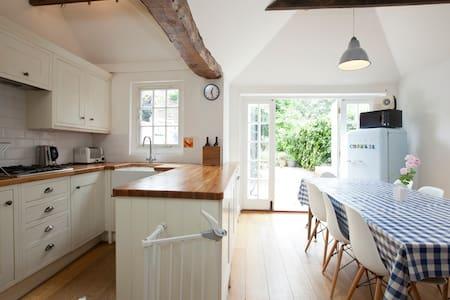 Grade II Cosy Cottage, Sleeps 6 - Fletching - House