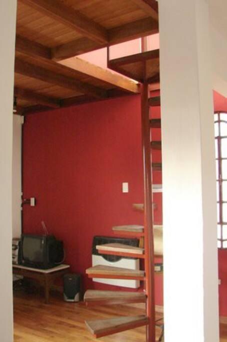 Stairs to the upper floor - Escaleras hacia el primer piso