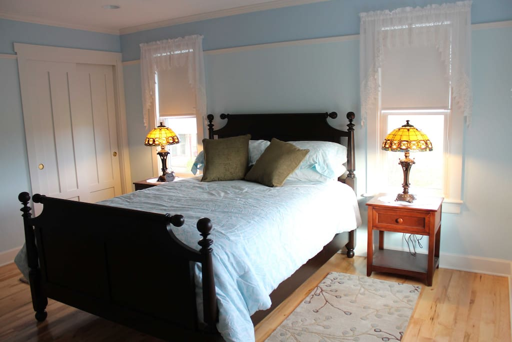 Surrey room: Mahogany bed, hardwood floors with wool rugs and Tiffany lamps