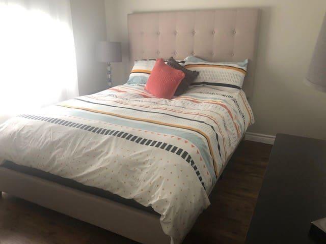 Une deuxième chambre avec lit queen