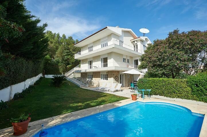 Villa D'Shaz Unit 2 - w/ bbq, pool & sea view