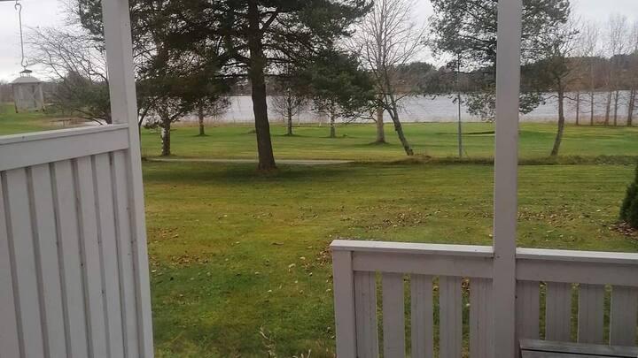 **Golf yksiö katetulla terassilla/ järvinäköalalla