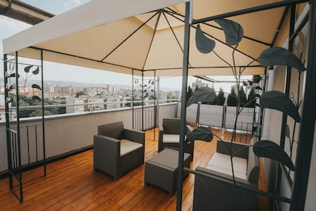 Penthouse56+free breakfast and free street parking