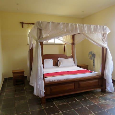 Ensuite Master bedroom with Kingsize Bed.