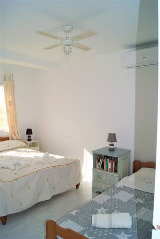 Chambre 2 avec un lit double et un lit simple.  Chambre climatisée