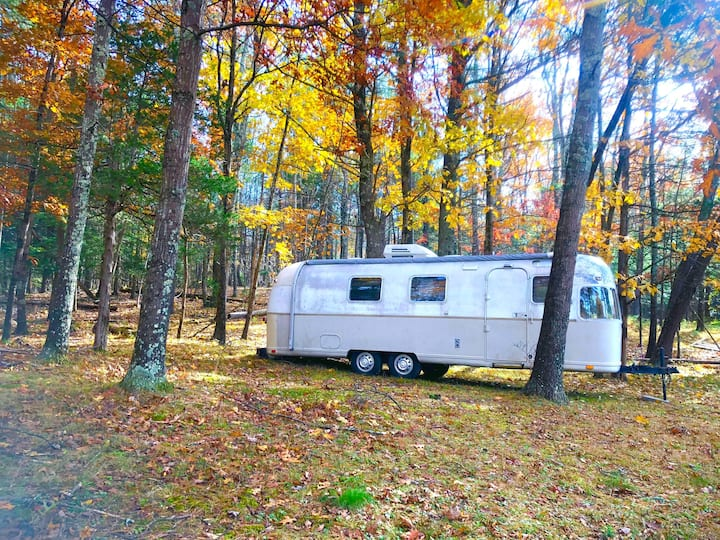 Airstream w/hottub on 60acre glamping foliage hike